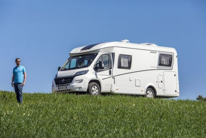 video l 39 avis camping car magazine sur le dethleffs globebus t6 nos actus camping car magazine. Black Bedroom Furniture Sets. Home Design Ideas