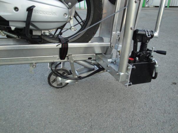 Le scoot vat passe l 39 hydraulique quipements et accessoires camping car magazine - Porte scooter pour fourgon ...