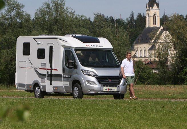adria compact plus deux profil s bien nomm s actus des marques camping car magazine. Black Bedroom Furniture Sets. Home Design Ideas